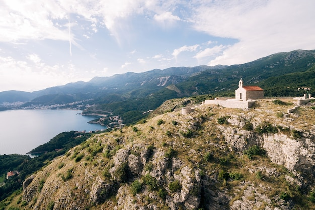 Chiesa di sveti savva sulla montagna sopra l'isola di sveti stefan montenegro