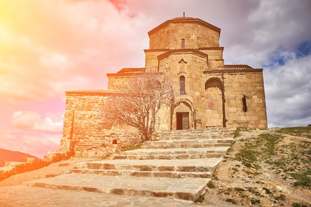 Chiesa a tbilisi, georgia, bagliore del sole