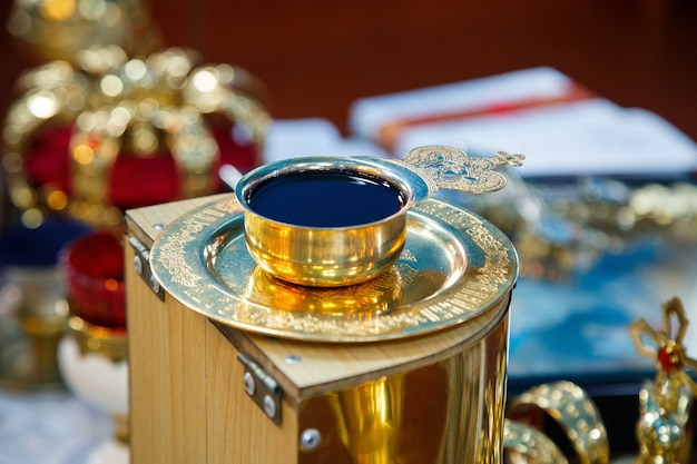 Vino della chiesa in una ciotola dorata. tradizioni religiose