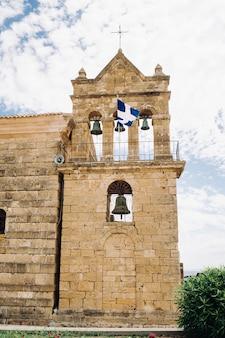 Chiesa con campane sull'isola di zante. grecia