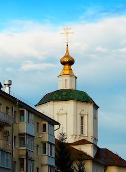 Chiesa con tetto verde e sfondo di architettura a cupola dorata