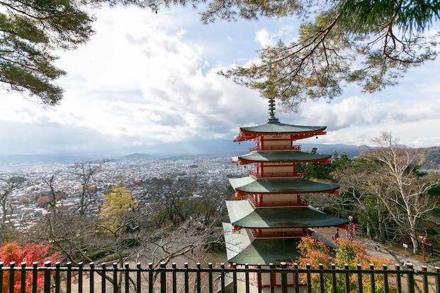 Pagoda di chureito nel lago kawaguchi, fujiyoshida, giappone