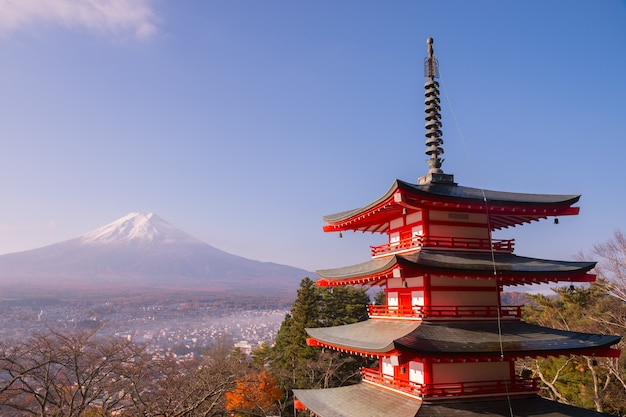 La pagoda chureito e il monte fuji al mattino, il giappone in autunno