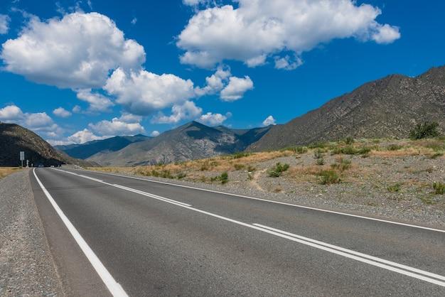 Chuysky trakt road nelle montagne di altai
