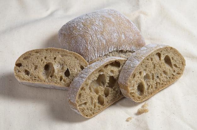 Pane ciabatta su uno sfondo di tessuto da vicino