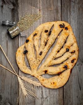 Pane ciabatta in tavola. pane tradizionale appena sfornato sulla tavola di legno.