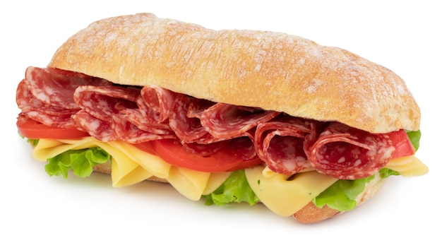 Sandwich ciabatta con lattuga, pomodori prosciutto e formaggio isolati su sfondo bianco.