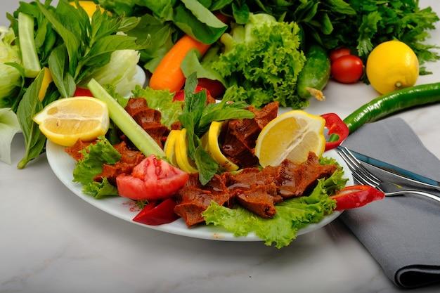 Cig kofte polpetta cruda in turco concetto di cibo crudo locale turco hot chee kofta