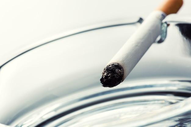 Sigaretta sul portacenere