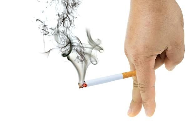 La sigaretta brucia con il fumo nella mano degli uomini a sfondo bianco isolato