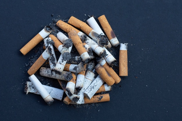 Mozziconi di sigaretta sul buio