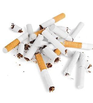 Concetto di sigaretta isolato su sfondo bianco