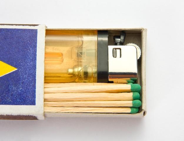 Accendisigari e fiammiferi in scatola di fiammiferi