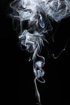 Fumo di sigaretta sulla superficie scura