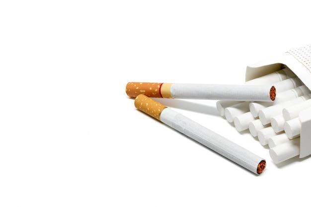 Sigaretta sfondo bianco fumo