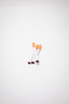 Sigaretta su sfondo bianco