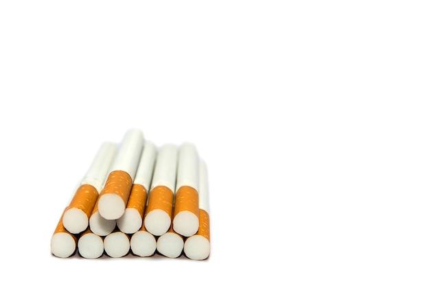 Sigaretta su sfondo bianco isolato, sigaro
