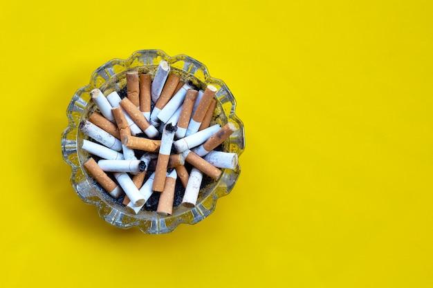 Boccioli di sigarette in un trasparente