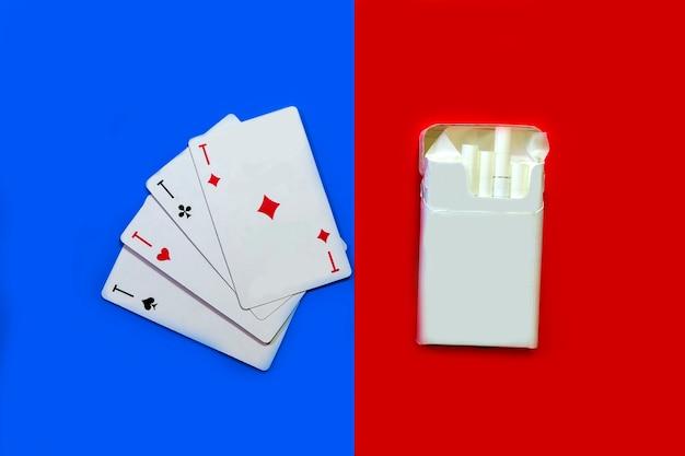 Sigarette e carte sigarette su sfondo rosso e carte su sfondo blu