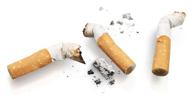 Concetto di sigarette isolato su sfondo bianco