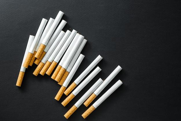 Sigarette su una superficie scura.