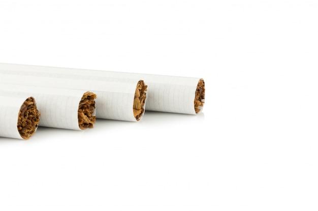 Sigarette isolate su sfondo bianco