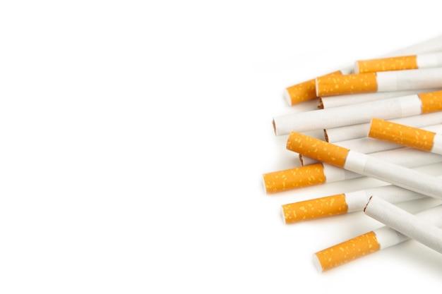 Sigarette isolate su bianco