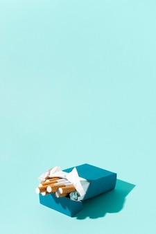 Pacchetto di sigarette su sfondo blu