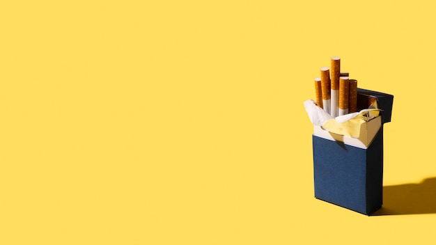 Pacchetto di sigarette su sfondo giallo