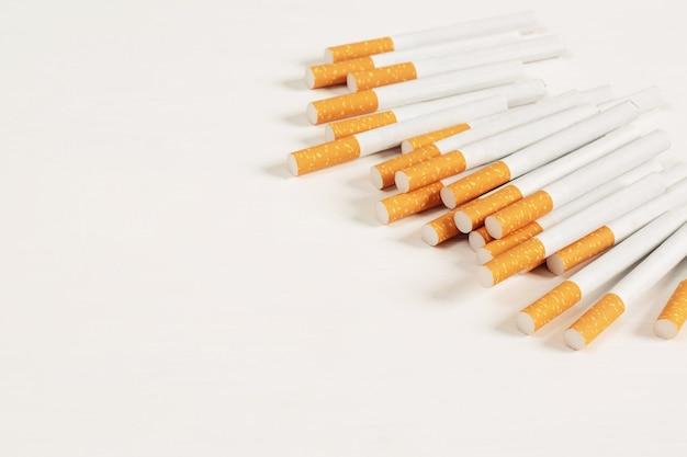 Sigarette poste su uno sfondo bianco