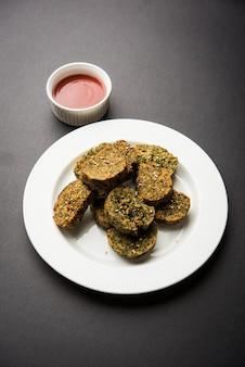 La torta di coriandolo o kothimbir vadi è una popolare cucina maharashtriana a base di foglie di coriandolo