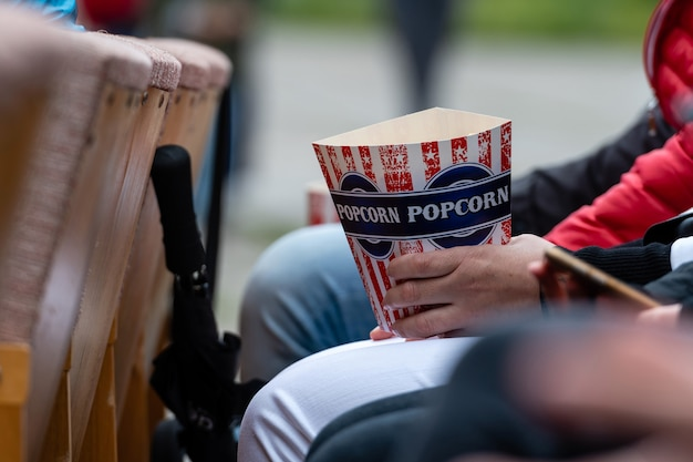 Pubblico del cinema che guarda film e mangia popcorn in teatro
