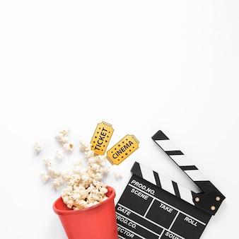 Elementi del cinema su sfondo bianco con spazio di copia