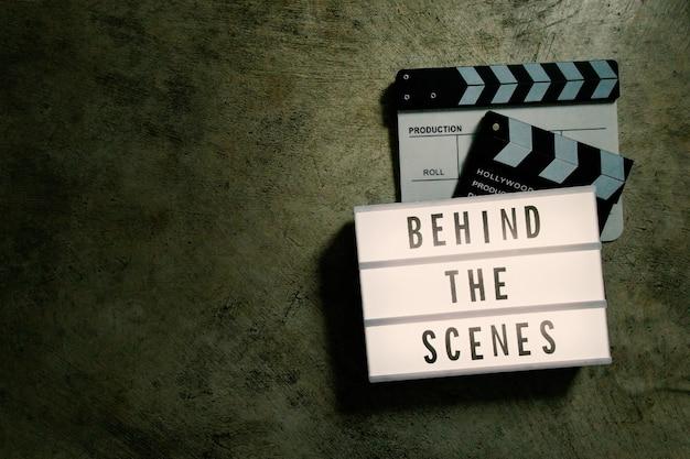 La scatola luminosa cinematografica in un film di tonalità scura.