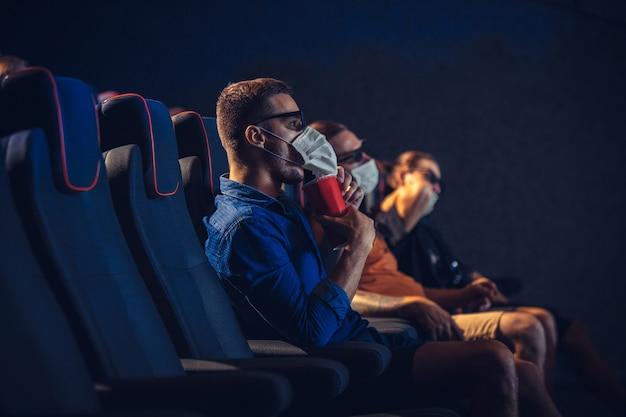 Cinema cinema durante la quarantena la sicurezza della pandemia di coronavirus regola la distanza sociale