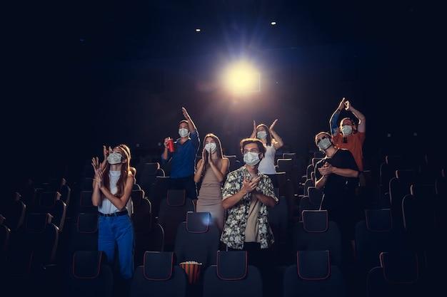 Cinema cinema durante le regole di sicurezza della pandemia di coronavirus in quarantena