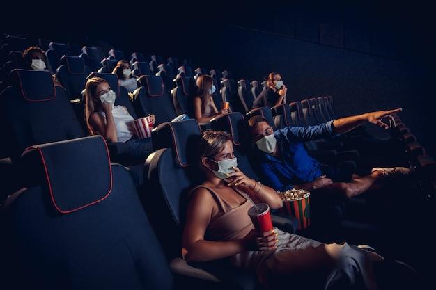 Cinema cinema durante la quarantena regole di sicurezza per la pandemia di coronavirus