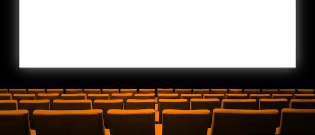 Cinema cinema con sedili in velluto arancione e uno schermo bianco vuoto.