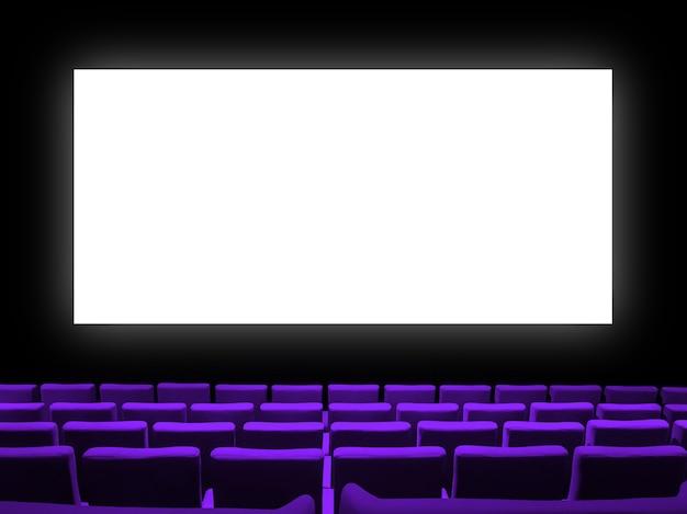 Cinema cinema con sedili in velluto viola e uno schermo bianco vuoto