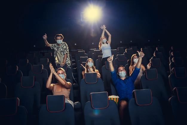 Cinema in quarantena la sicurezza della pandemia di coronavirus regola la distanza sociale durante il film
