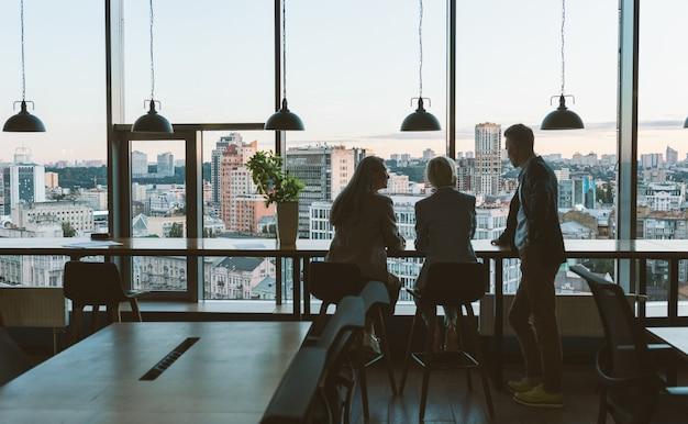 Immagine cinematografica dei dipendenti di un team aziendale multietnico che lavorano insieme in un ufficio moderno