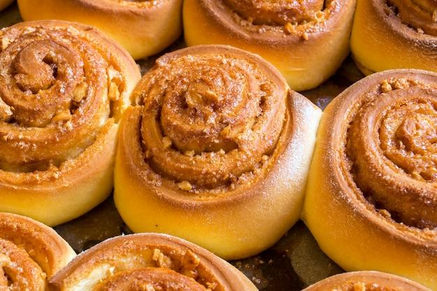 Cinnabon. panini alla cannella fatti in casa. panini al forno su una teglia
