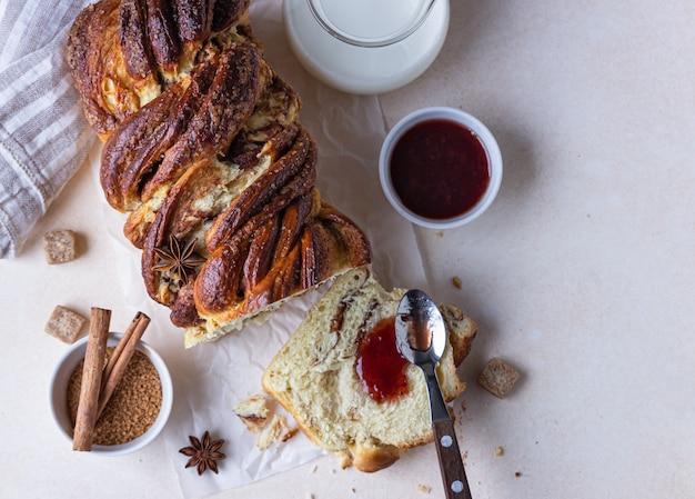 Babka o pan brioche alla cannella e zucchero di canna con marmellata e latte