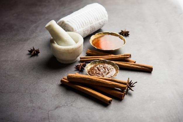 Maschera viso ayurvedica al miele di cannella realizzata con polvere di daalacheenee o dalchini miscelata con shahad, messa a fuoco selettiva