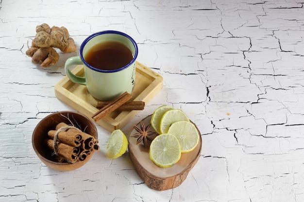Cannella lime zenzero anice stellato e una tazza di tè