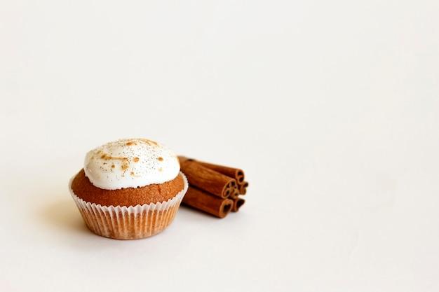 Muffin alla cannella isolato