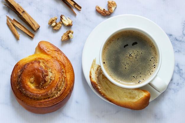 Panini alla cannella con ripieno di noci, serviti con caffè. messa a fuoco selettiva.