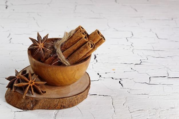 Cannella e anice stellato su sottobicchiere di legno