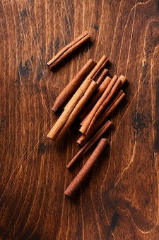 Bastoncini di cannella su un tavolo marrone rustico. avvicinamento.