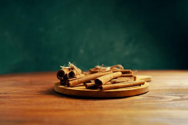 Bastoncini di cannella su un vassoio. spezie su un tavolo di legno.